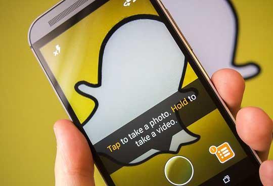 Запуск приложения Snapchat на смартфоне
