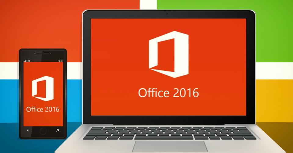 Логотип Microsoft Office 2016 на дисплее ноутбука и смартфона