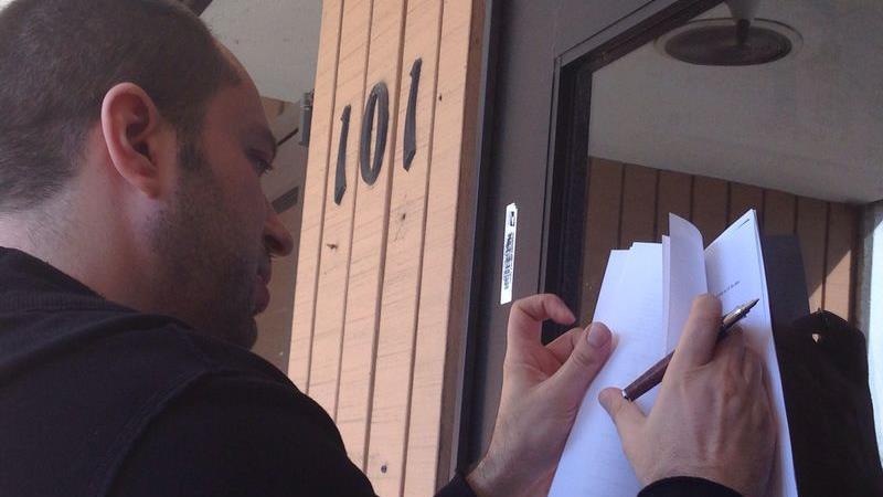Ян Кум подписывает документы о сделке c Facebook