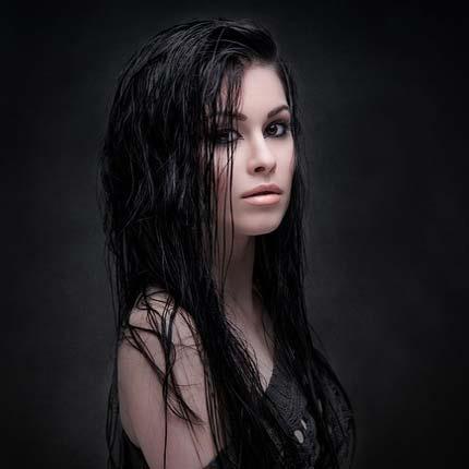 Женщина-брюнетка внеземной красоты