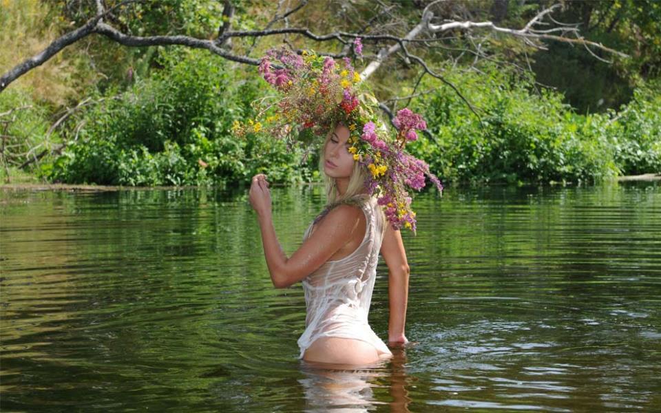 Ава белокожей, белокурой красавицы девушки-русалки