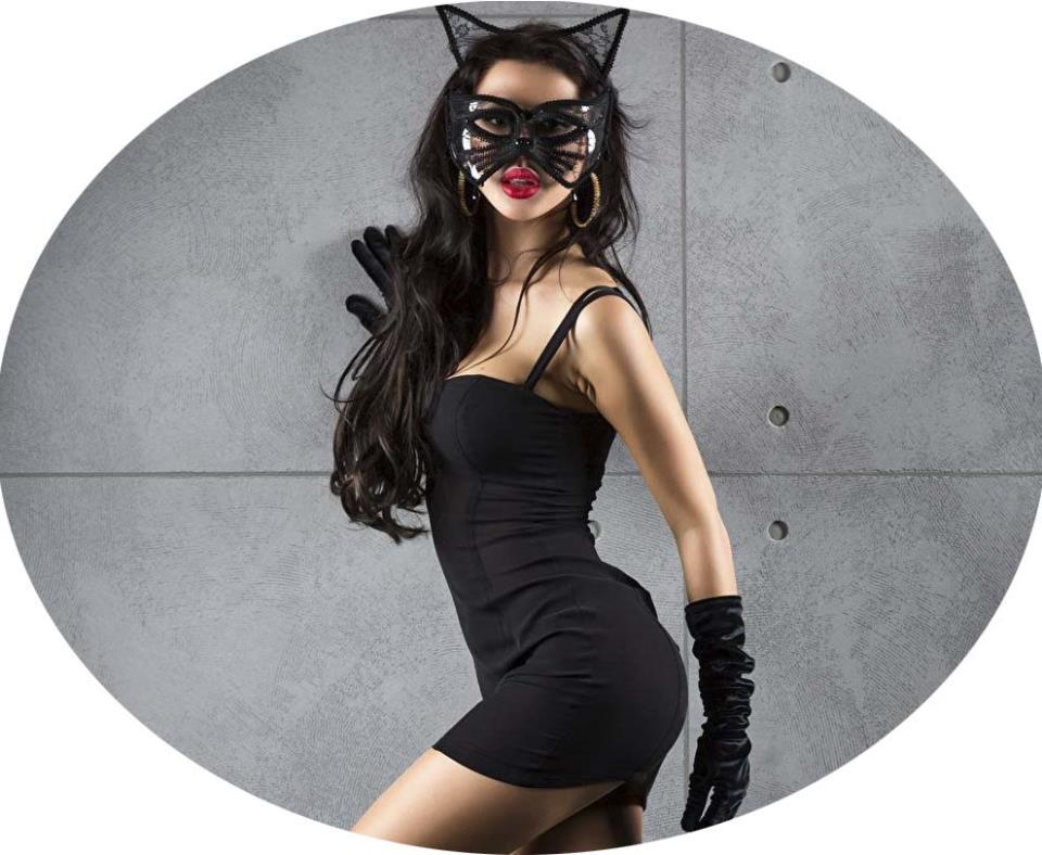 Красивая девушка-кошка бегущая по своим делам