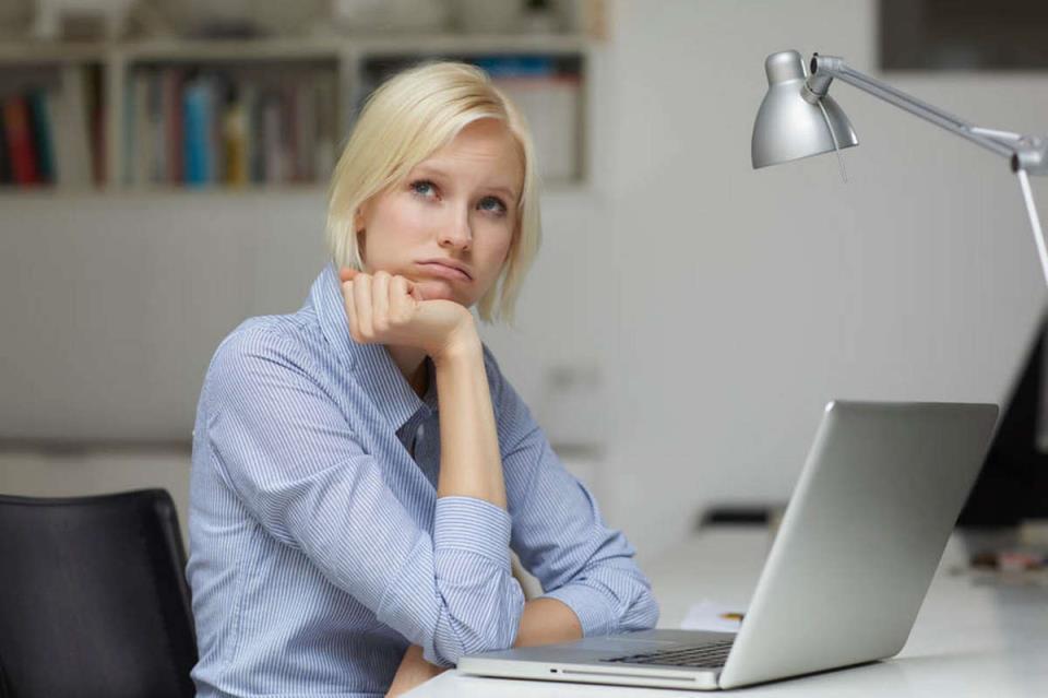 Расстроенная девушка перед компьютером