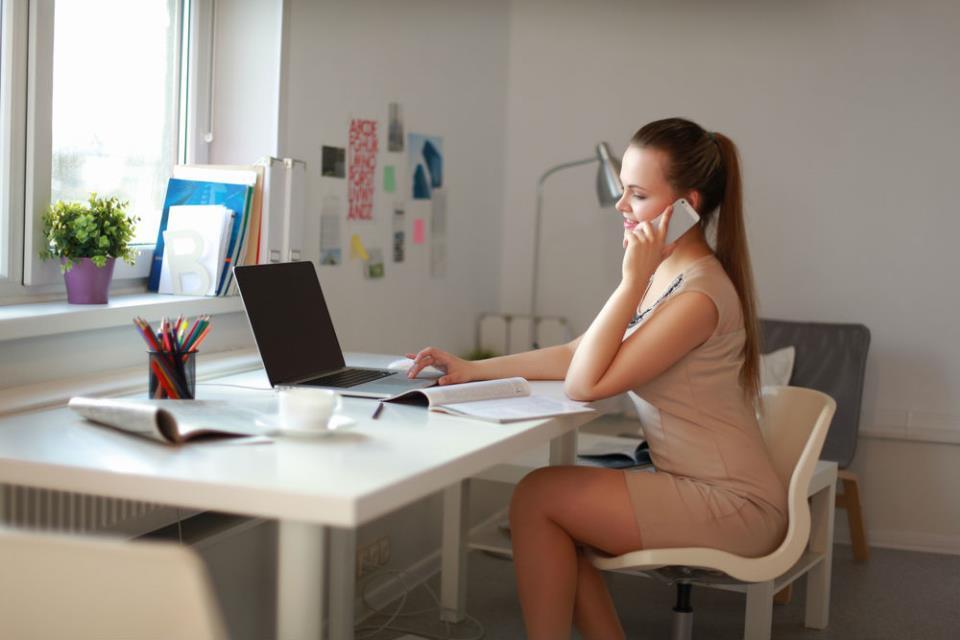 Девушка за столом с ноутбуком