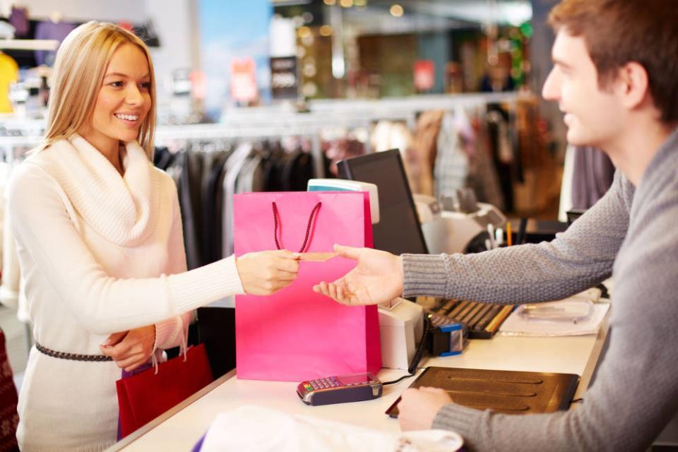 Девушка расплачивается в магазине