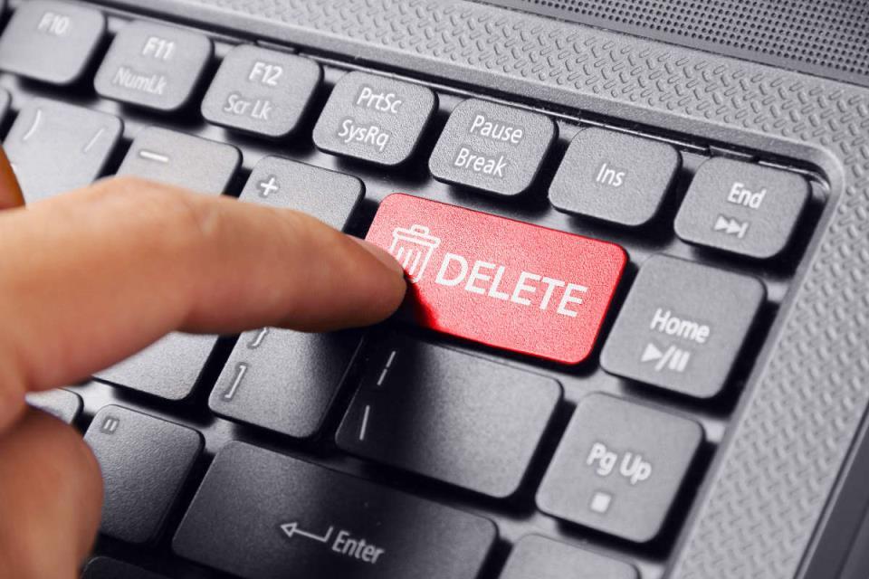 Палец над кнопкой Delete