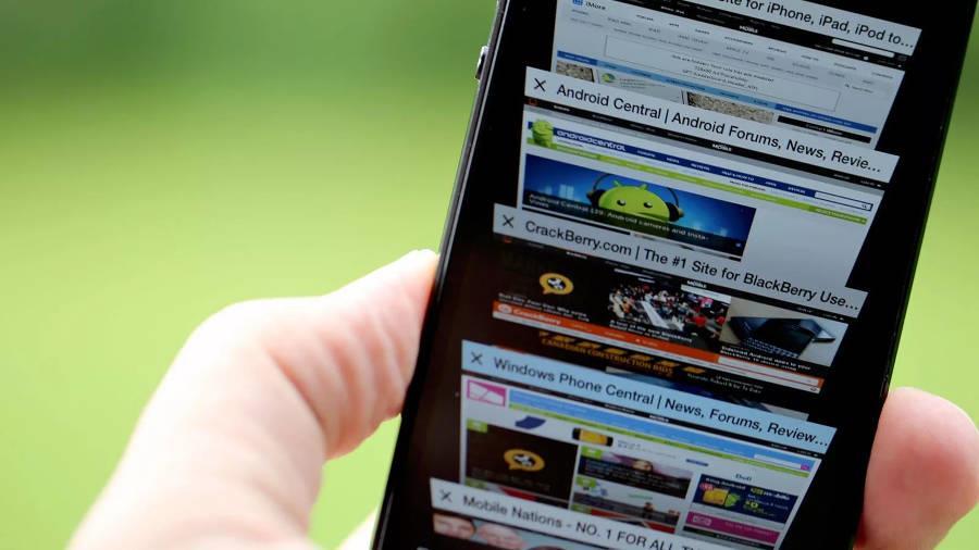 Экран смартфона с рекламой