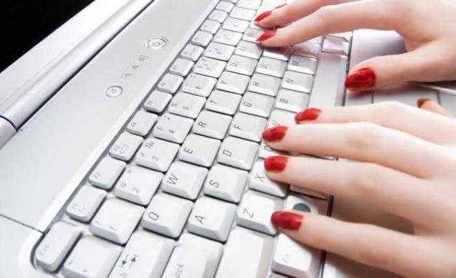 Красные ноготочки на компьютере