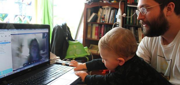 отец с маленьким ребенком разговаривает по skype| Курсы английского EasySpeak.ru