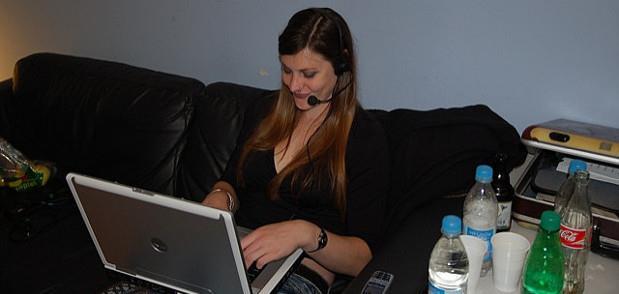 девушка разговаривает по skype| Курсы английского EasySpeak.ru