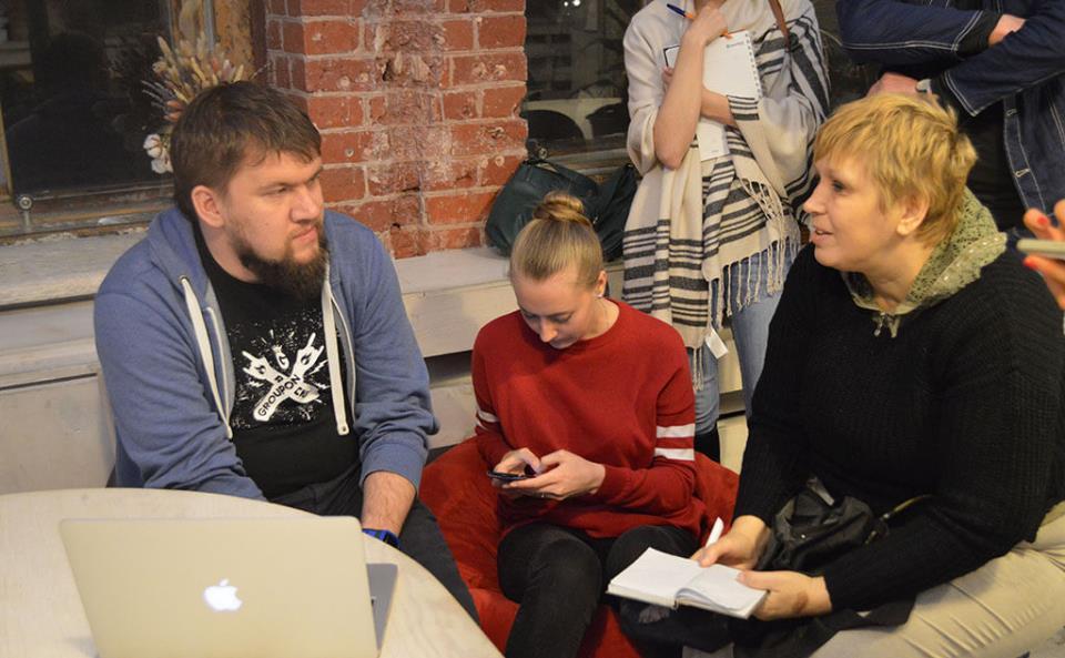 Участники митапа. Виктор Карягин, администратор канала SEO-чат (слева). Фото: Мария Борисёнок.